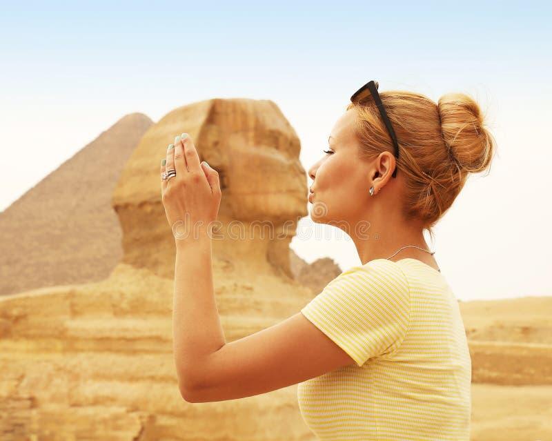 Tourist, der die Sphinx, Kairo, Ägypten küsst Kuss der Sphinxes lizenzfreies stockfoto