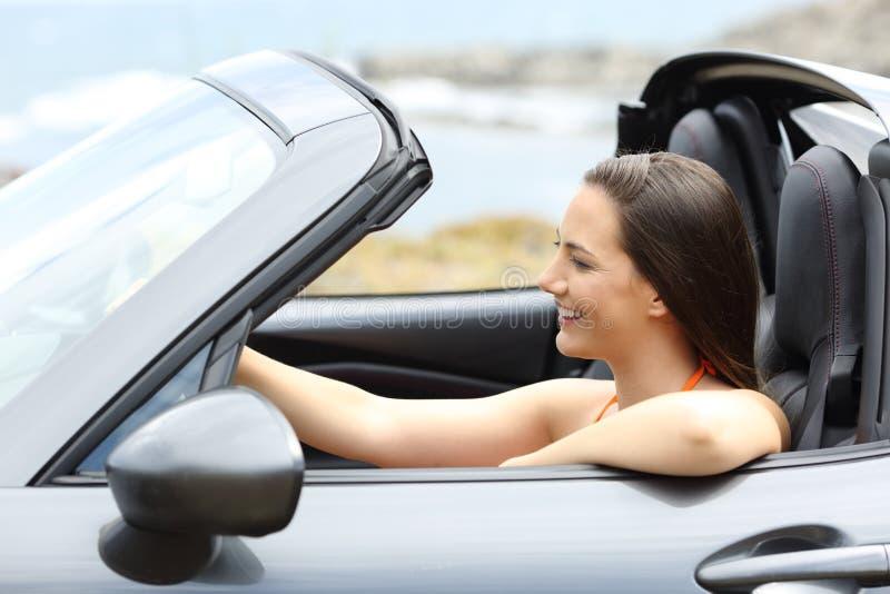 Tourist, der ein konvertierbares Auto auf Sommer fährt stockfotografie