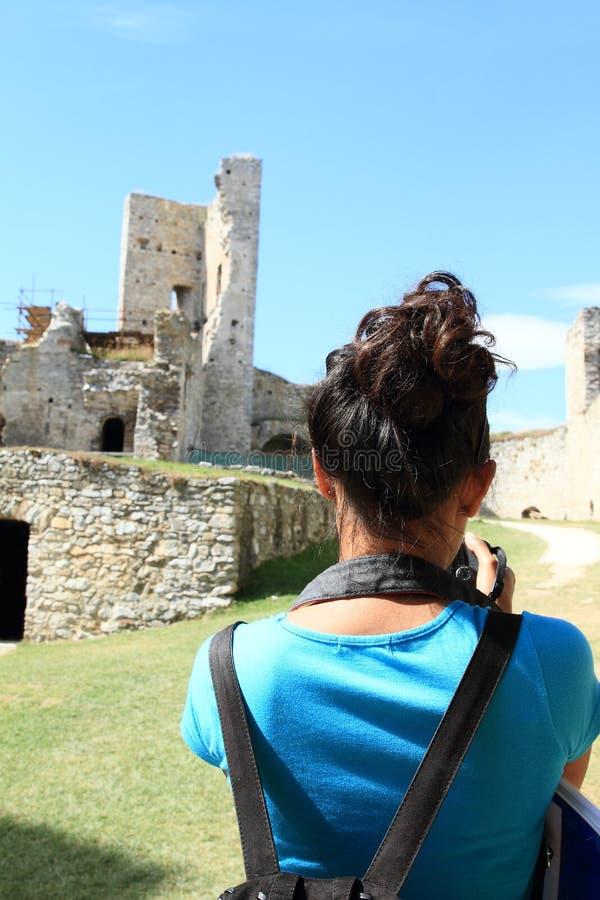 Tourist, der Fotos des Schlosses Rabi macht lizenzfreie stockfotografie