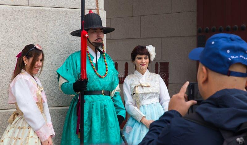 Tourist, der Fotos mit einem königlichen Schutz in Gyeongbokgungs-Palast macht lizenzfreies stockbild
