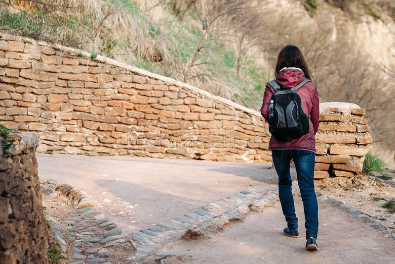 Tourist der jungen Frau, der auf Straße im Park geht stockbild
