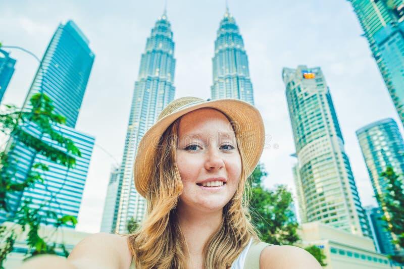 Tourist der jungen Frau, der selfie auf dem Hintergrund von Wolkenkratzern macht Tourismus, Reise, Leute, Freizeit und Technologi lizenzfreie stockfotografie