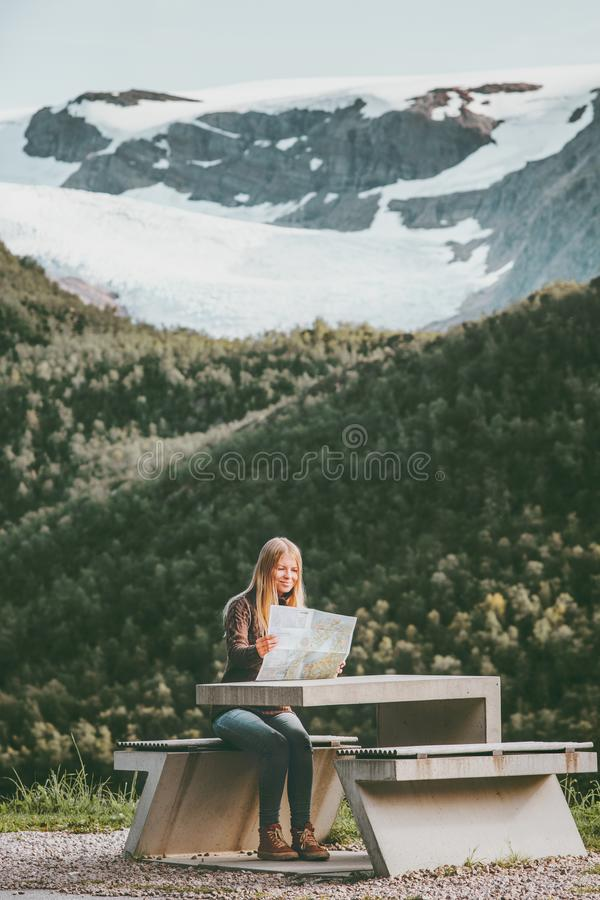 Tourist der jungen Frau mit Kartenplanungs-Wegreise in Norwegen, das an den Tabelle Reise-Lebensstilkonzept-Abenteuerferien sitzt lizenzfreie stockfotos