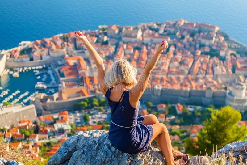 Tourist der jungen Frau schaut zur alten Stadt von Dubrovnik lizenzfreie stockbilder