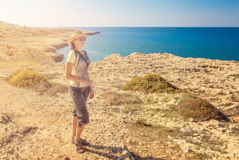 Tourist der jungen Frau, Zypern Agia Napa, Kap Greco-Halbinsel, nationales Forest Park lizenzfreie stockbilder