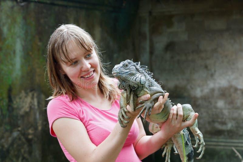 Tourist, der Leguan betrachtet stockbild