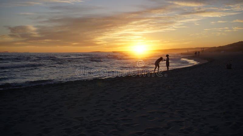 Tourist, der Spaß an einem schönen Sonnenuntergang-Tag in Minorca hat lizenzfreie stockbilder