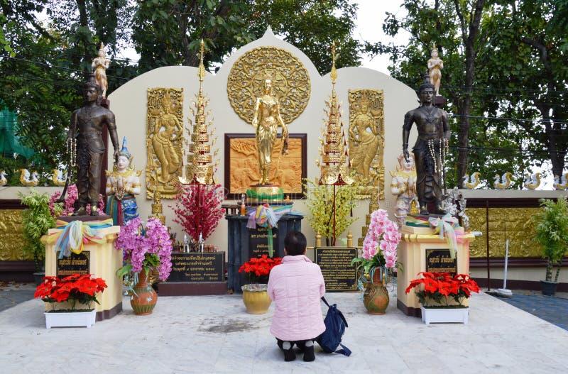 Tourist, der zum Monument der Königin Chamdhevi in Thailand betet stockfotografie