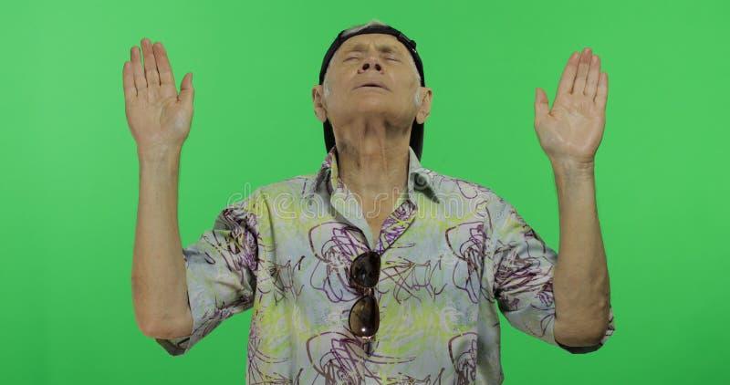 Tourist des älteren Mannes im bunten Hemd, das Meditation tut Stattlicher alter Mann lizenzfreies stockbild