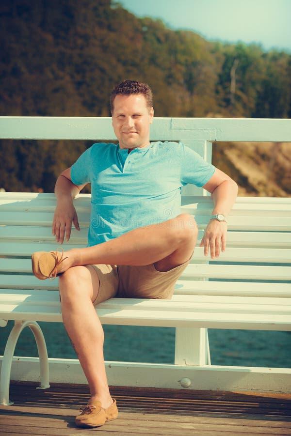 Tourist des gutaussehenden Mannes auf Pier Modesommer stockfotos