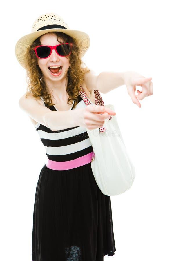 Tourist des jungen Mädchens in der Sommerausstattung ausdrucksvoll zeigend lizenzfreies stockfoto