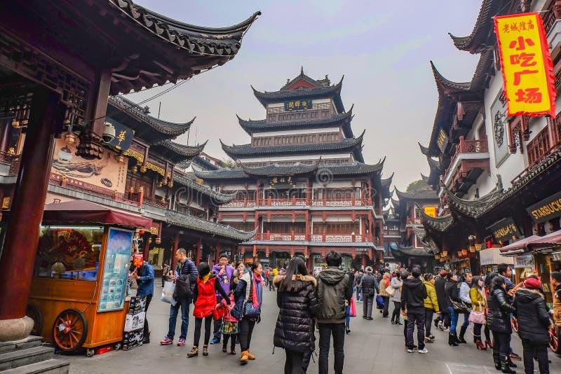 Tourist gekommen zu Yuyuan-Garten im Feiertag, Shanghai-Stadtporzellan stockfoto