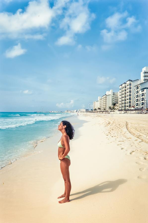 Tourist genießen tropisches Meer und Paradiesstrand lizenzfreie stockfotografie