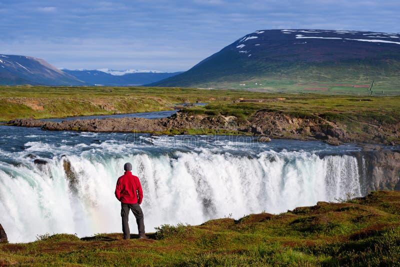 Tourist am Godafoss-Wasserfall stockfotos