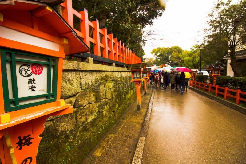 Tourist hinunter den Weg, der die Straßenlaternen-Frühlingszeit Japan führt lizenzfreies stockbild