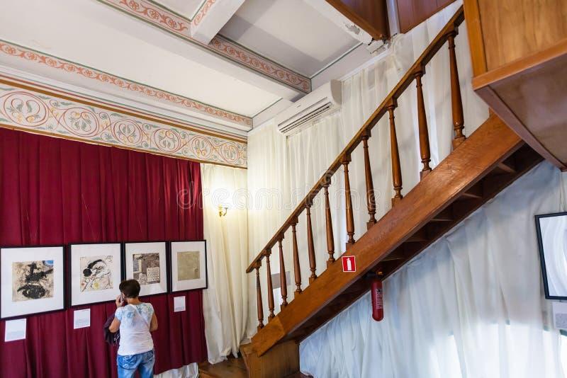Tourist innerhalb des Schwalben-Nest-Schlosses in Krim lizenzfreie stockfotografie