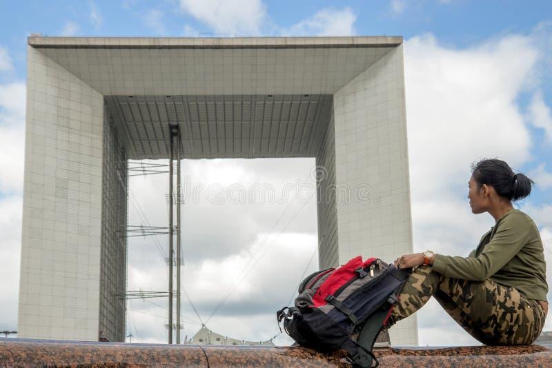 Tourist am La Grande Arche de la Défense lizenzfreie stockbilder