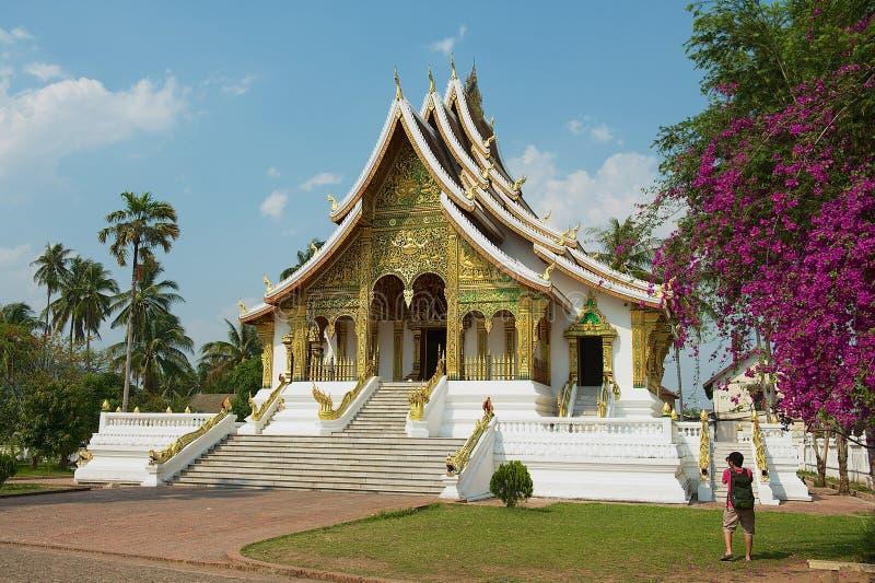 Tourist macht Foto des buddhistischen Tempels Hagedorn Pha-Knalles am Royal Palace-Museum in Luang Prabang, Laos lizenzfreies stockfoto