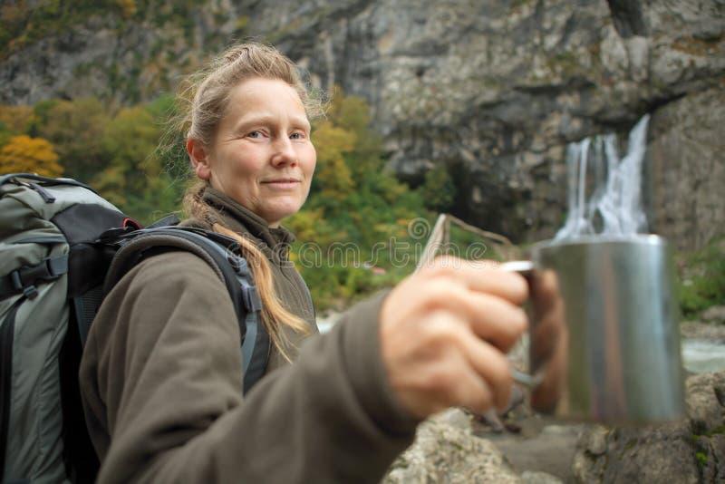 Tourist mit Becher stockfoto