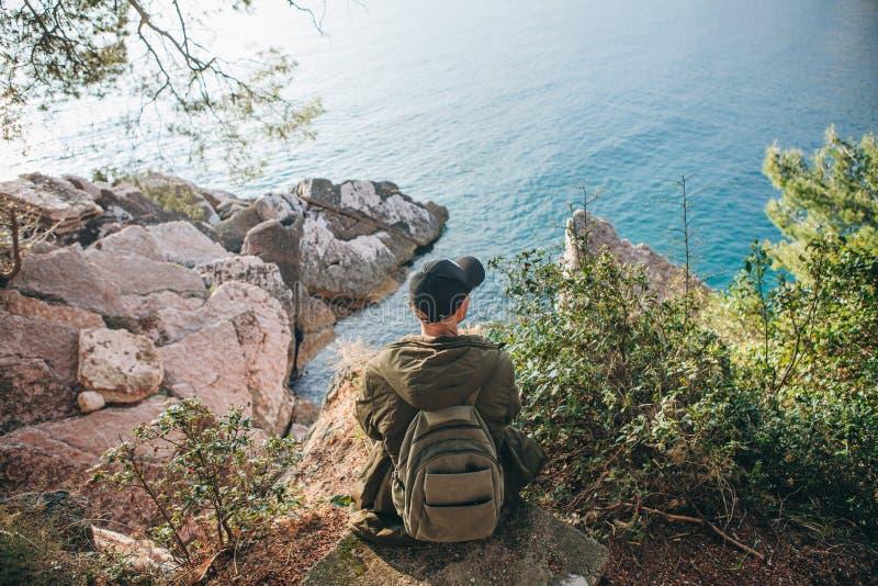 Tourist mit einem Rucksack nahe dem Meer stockfoto