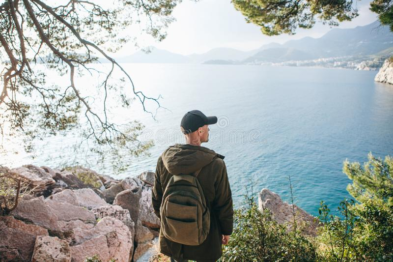Tourist mit einem Rucksack nahe dem Meer lizenzfreies stockfoto