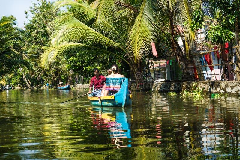 Tourist mit einheimischen Menschen in den kleinen Kanälen der Kerala Backwater, Alleppey - Alappuzha, Indien lizenzfreie stockbilder