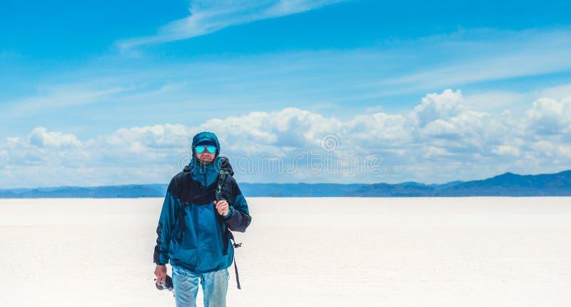 Tourist mit Kamera im Sonnenschein Salar de Uyuni lizenzfreie stockfotos
