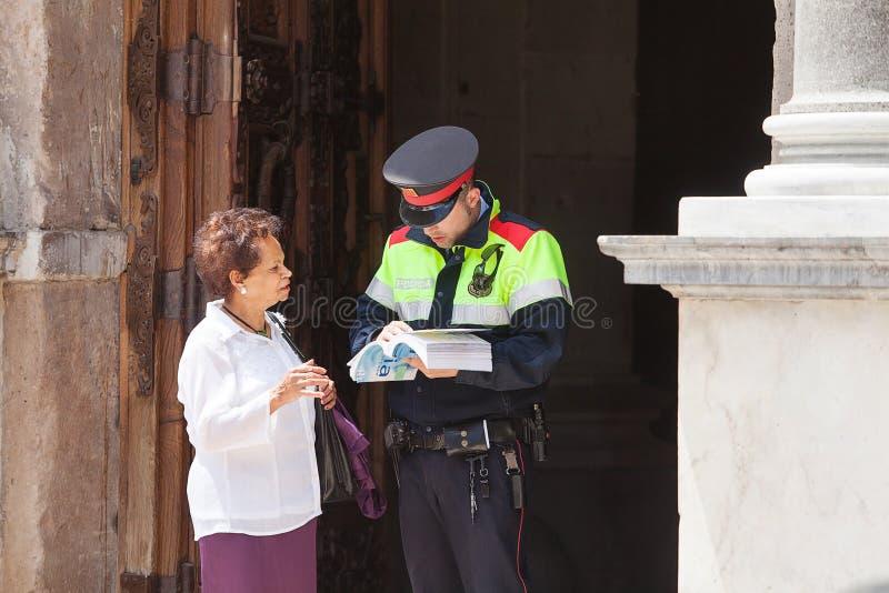 Tourist mit Polizisten lizenzfreie stockbilder
