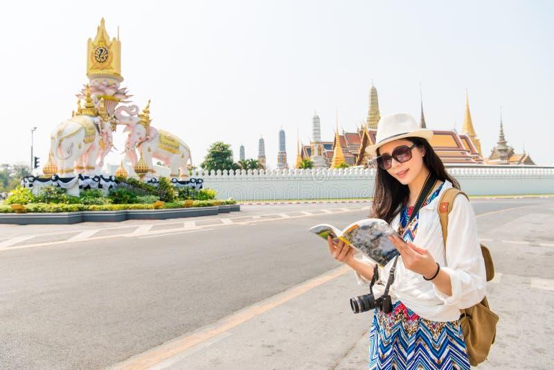 Tourist mit Reiseführer auf großartigem Palast stockfotografie