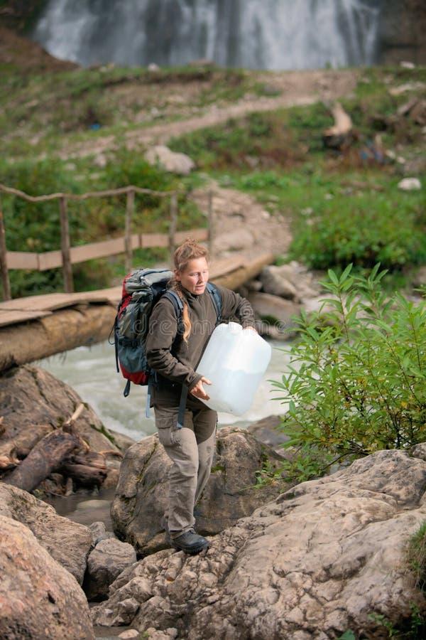 Tourist mit Wasserdose lizenzfreies stockfoto