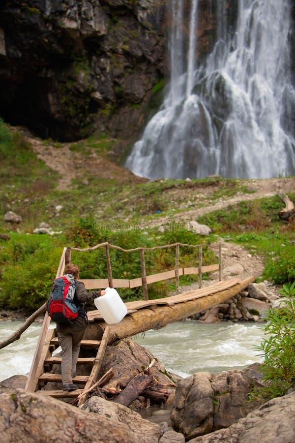 Tourist mit Wasserdose stockbild