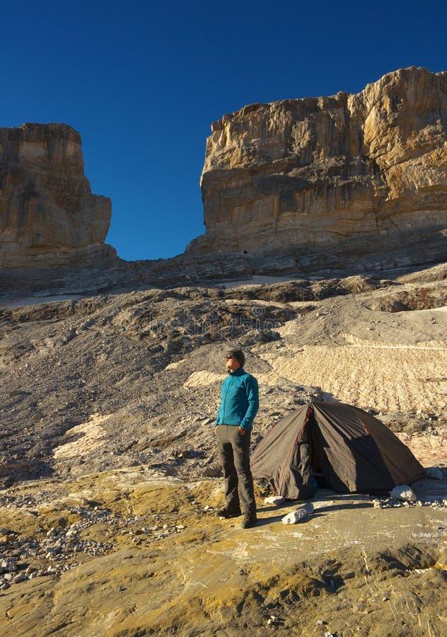 Tourist nahe bei einem Zelt vor einem Tor La Breche de Roland, Pyrenäen stockbild
