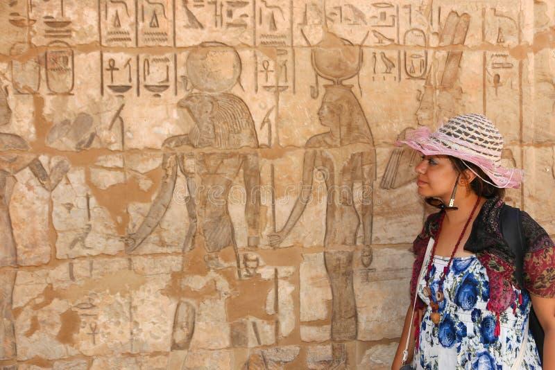 Tourist an Ramesseum-Tempel in Luxor - Ägypten stockbild