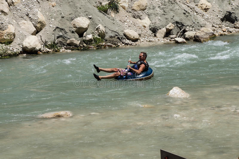 Tourist surft den Whitewater lizenzfreies stockfoto
