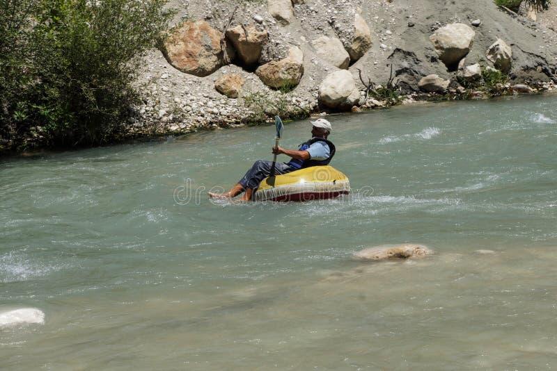 Tourist surft den Whitewater stockbild