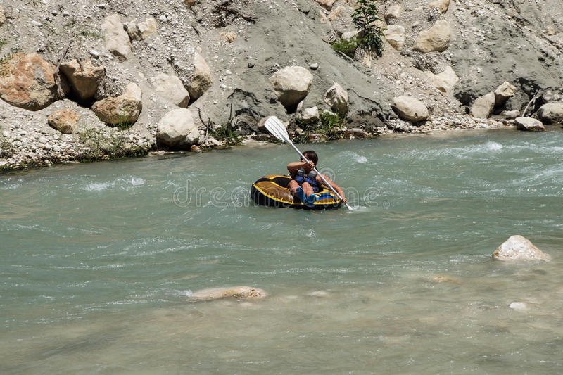 Tourist surft den Whitewater lizenzfreie stockbilder