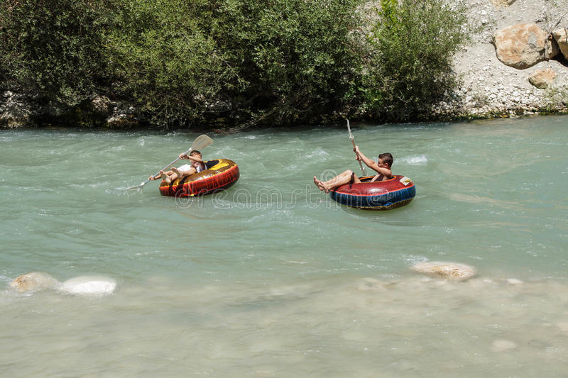 Tourist surft den Whitewater lizenzfreie stockfotografie