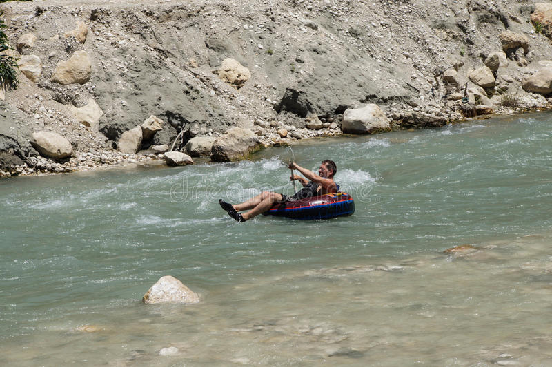 Tourist surft den Whitewater lizenzfreies stockbild