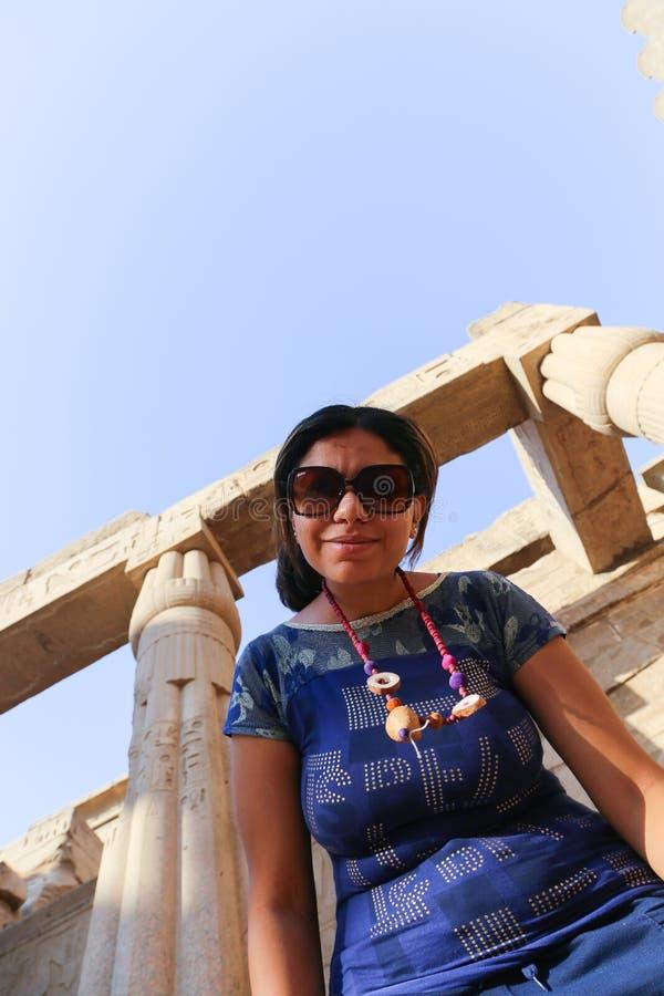 Tourist am Tempel von Luxor - Ägypten stockfoto