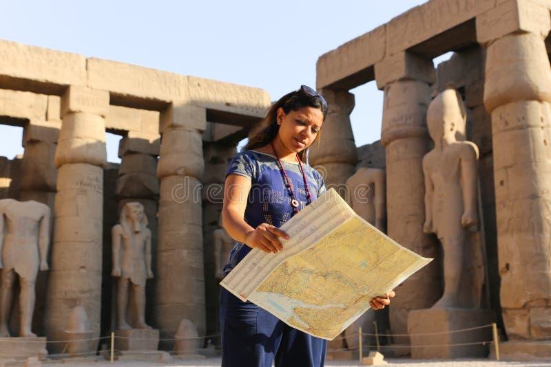 Tourist am Tempel von Luxor - Ägypten stockbilder