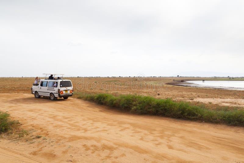 Tourist in Tsavo Ost, Kenia, redaktionell lizenzfreie stockfotografie