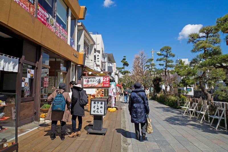 Tourist und japanisches Volk geht auf Einkaufsstraße in Japan stockfotografie