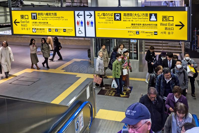Tourist und japanisches Volk geht innerhalb Kamakura-Bahnhofs stockbild