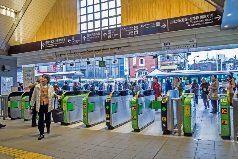 Tourist und japanisches Volk geht innerhalb Kamakura-Bahnhofs, dieser ist ein bequemes Verkehrssystem, am schnellsten in Japan stockfoto