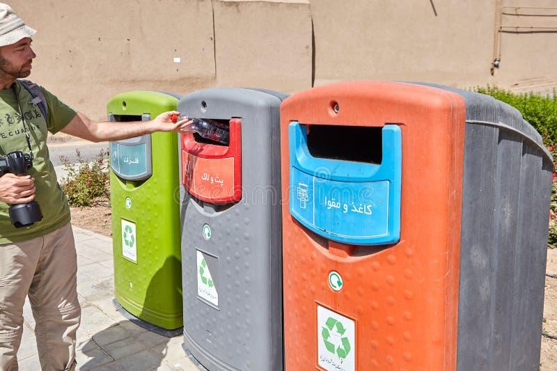 Tourist warf Plastikflasche in speziellen Behälter, Yazd, der Iran lizenzfreie stockbilder