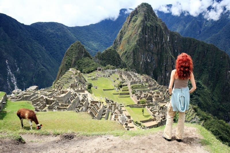 Touriste à la ville perdue de Machu Picchu - le Pérou photo stock