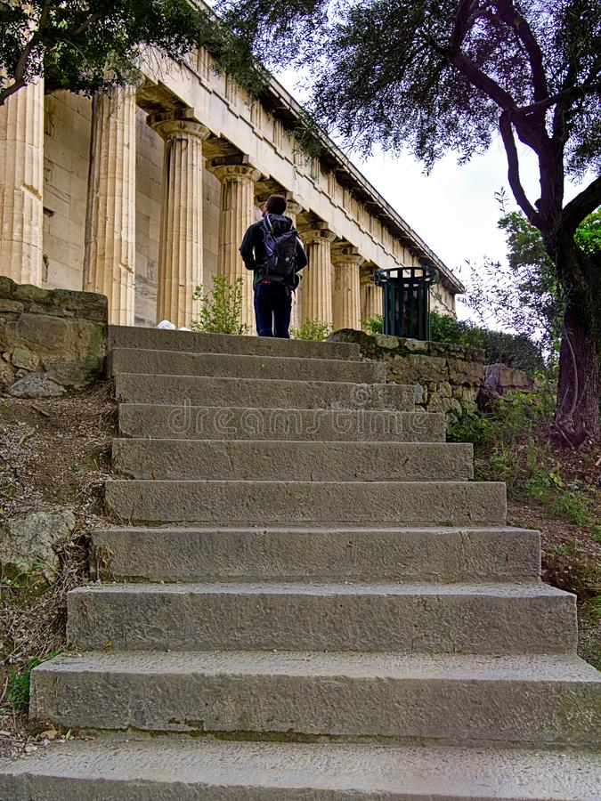 Touriste admirant le temple de Hephaestus images stock