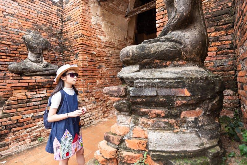 Touriste asiatique de fille observant la beauté de l'art antique image libre de droits