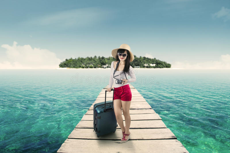 Touriste assez féminin se tenant sur la jetée images stock