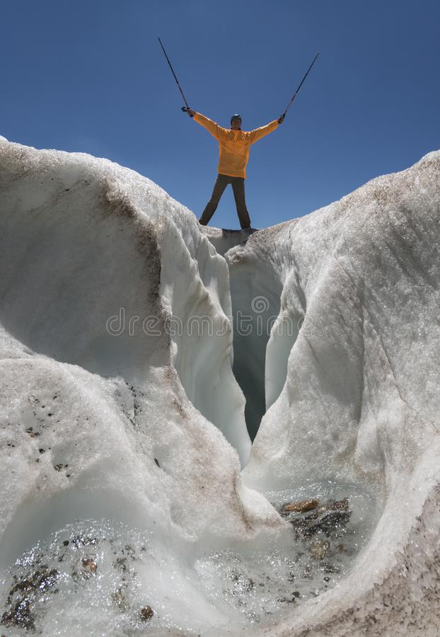 Touriste au-dessus de fente de glacier photographie stock